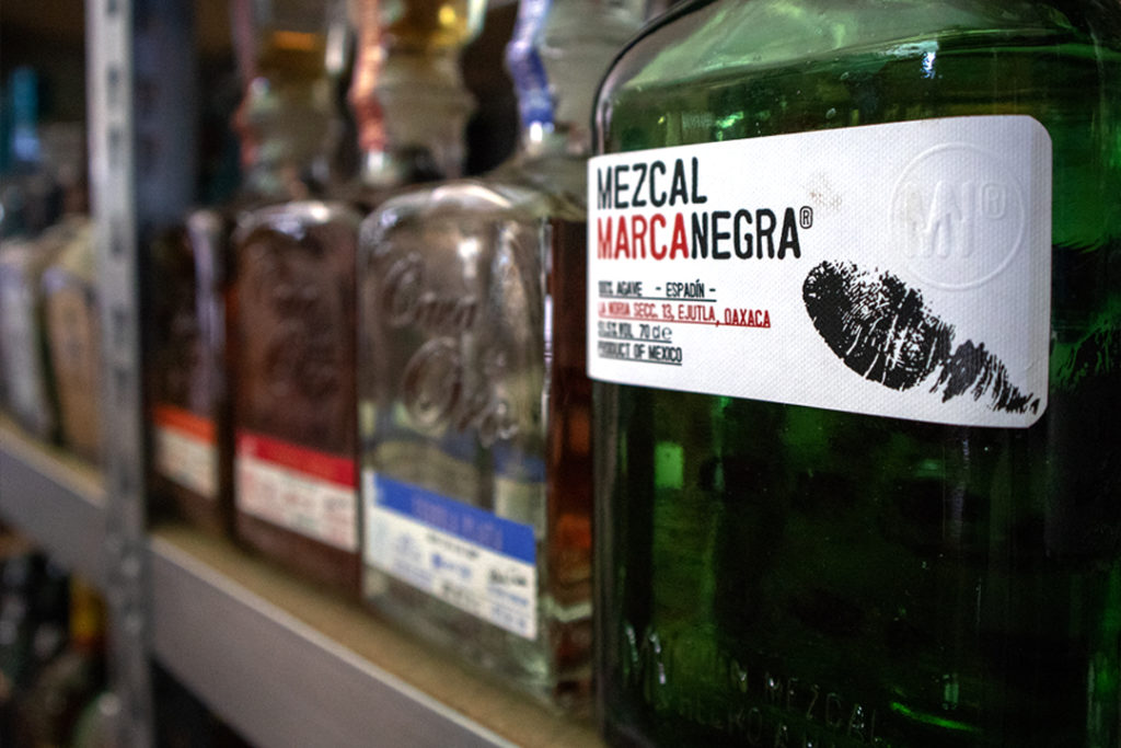 Verschiedene Mezcals von Marca Negra und Cava De Oro.