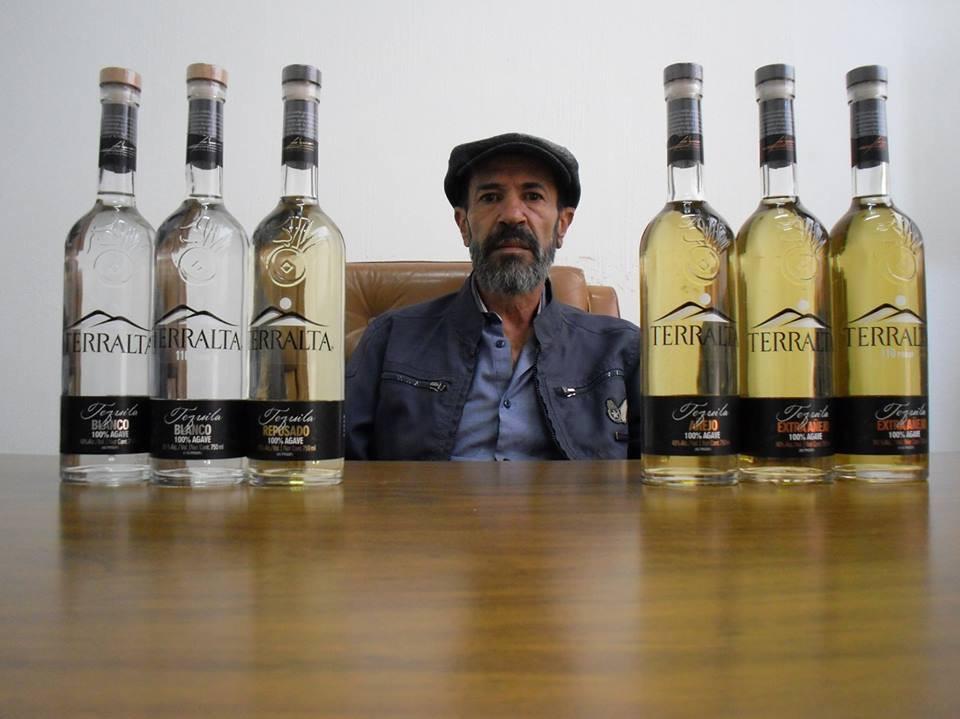Felipe Camarena inmitten seiner Schätzchen. Hier im Bild jeweils ganz aussen die 55%-Varianten seines Blancos und Extra Añejos (leider nahezu ausverkauft).