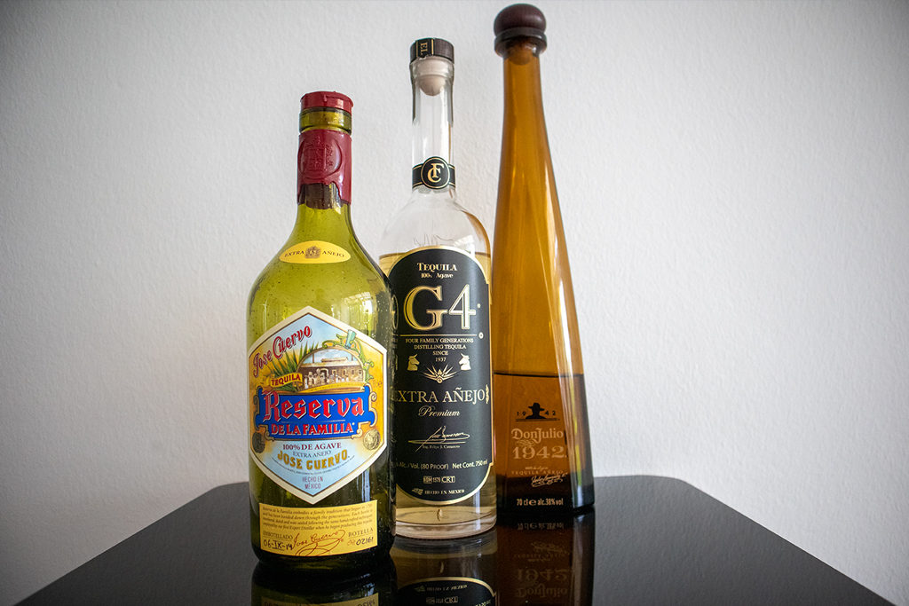 Drei Beispiele für länger gereifte Tequilas: Der Reserva von Jose Cuervo, der G4 Extra Añejo und der 1942 von Don Julio. Insgesamt stehen hier gute 300 EUR Tequila auf dem Tisch!