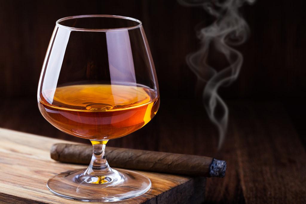 Añejo oder Extra Añejos trinkt man eher in aller Ruhe aus bauchigen Gläsern, wie einen Cognac oder Whisky, gern auch mit einer guten Zigarre.