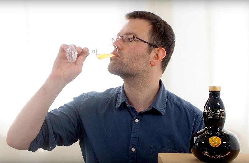 Chris verkostet einen AsomBroso Premium Tequila