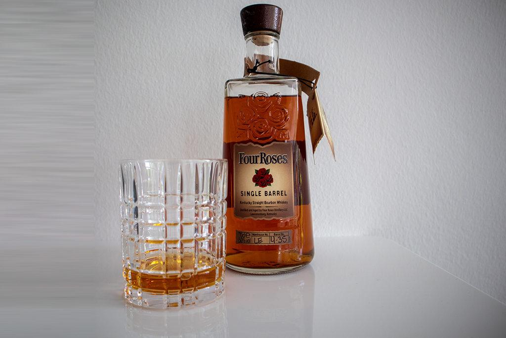 Ein Four Roses Bourbon Whiskey - Single Barrel Edition. Tiefgolden gefärbt mit einem vom Eichenfass geprägten Geschmack - einem Tequila Extra Añejo nicht unähnlich.