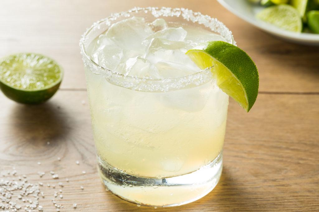 Eine klassische Tequila-Margatita mit ordentlich Salzrand. Basis hierfür ist meist ein Tequila Blanco.