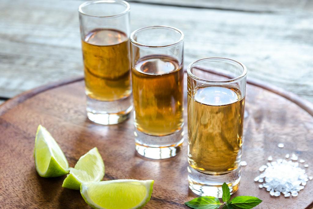 Schickes Arrangement aus Tequila-Shots, Zitrone und grobkörnigem Salz.