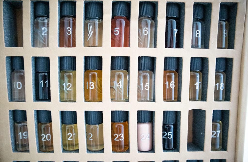 Verschiedene Aromen in kleinen Fläschchen, nummeriert.